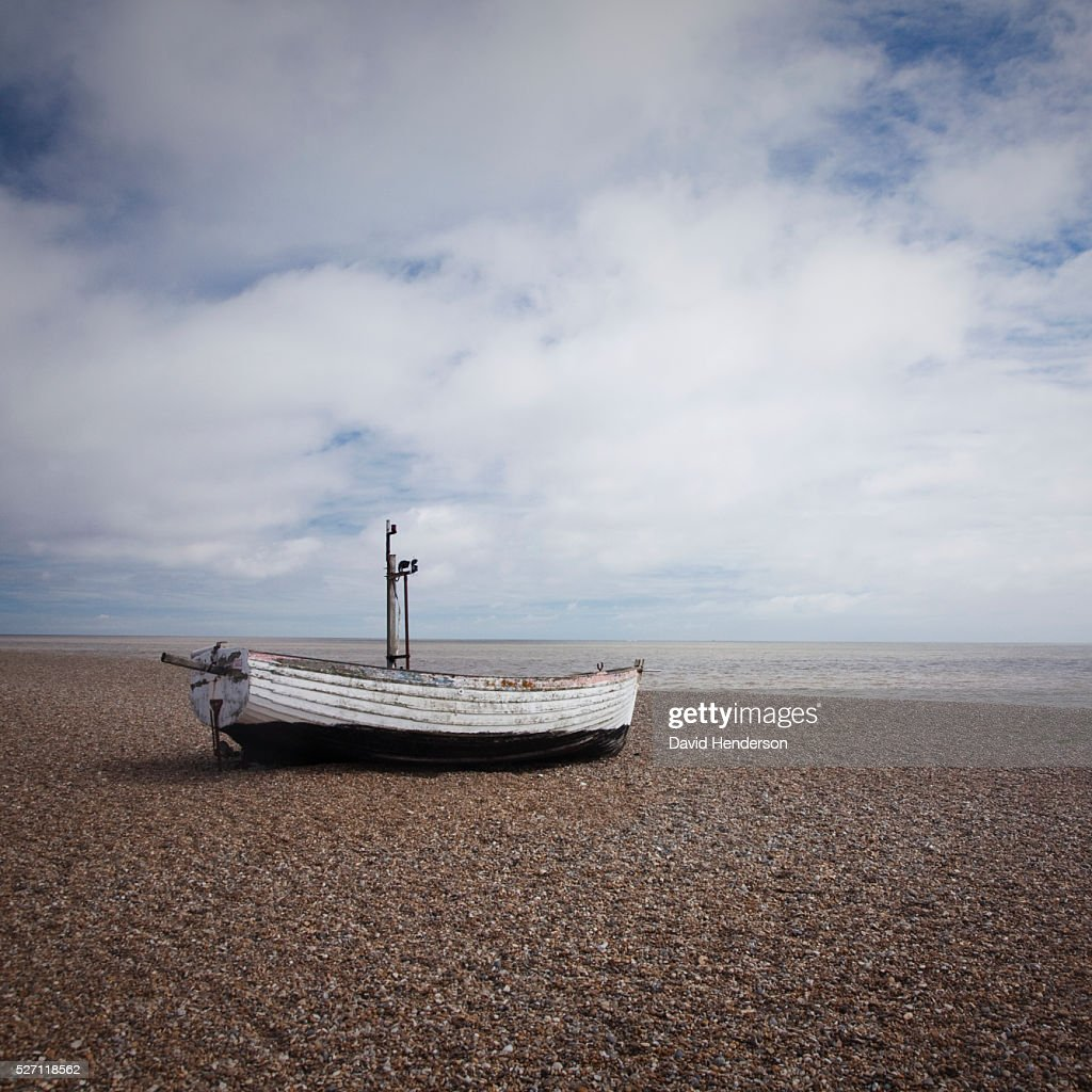 Boat pulled up on beach : Stock-Foto