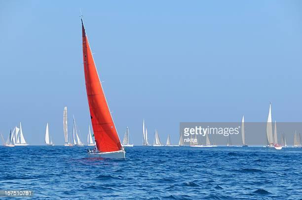 Barco a vela vermelha durante a competição sailin