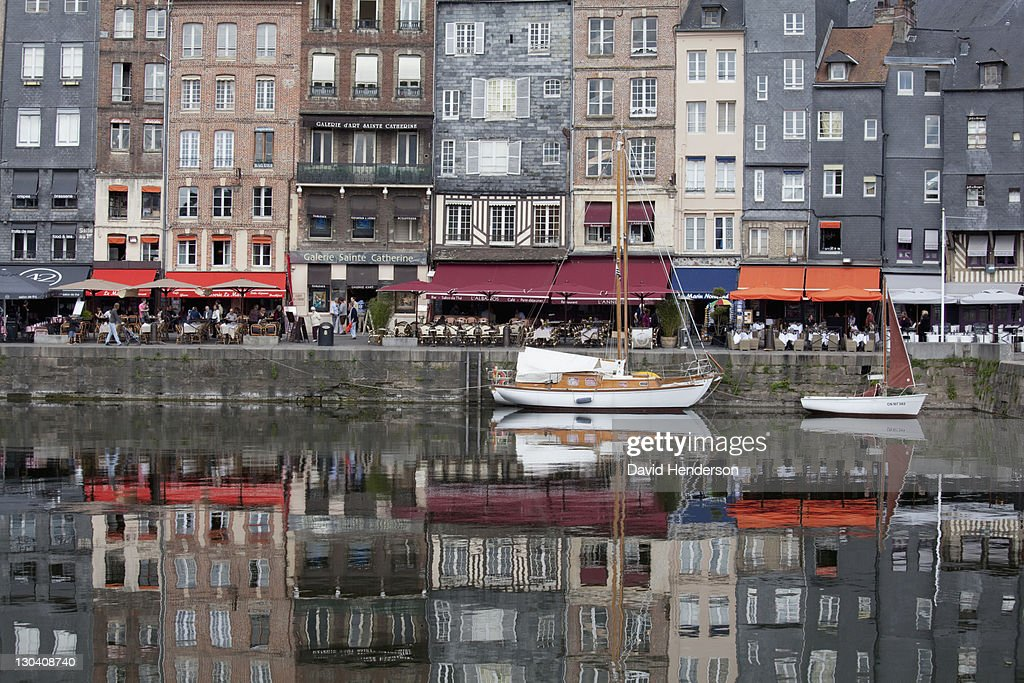 Boats docked in urban canal : Stockfoto
