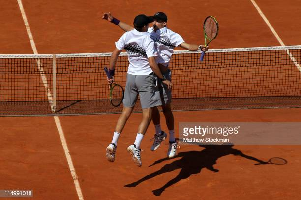 Bob Bryan and Mike Bryan of USA celebtrate matchpoint during the men's doubles quarterfinals match between Bob Bryan and Mike Bryan of USA and Rohan...