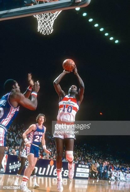 Bob Dandridge of the Washington Bullets shoots over George McGinnis of the Philadelphia 76ers during an NBA basketball game circa 1977 at the Capital...