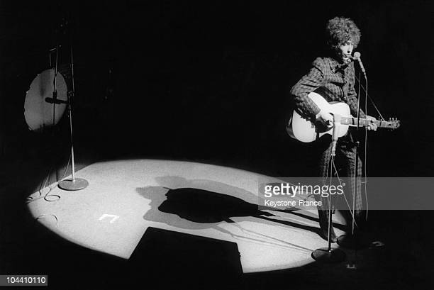 Bob DYLAN on the Olympia stage Bob DYLAN was celebrating his 25th birthday on that day