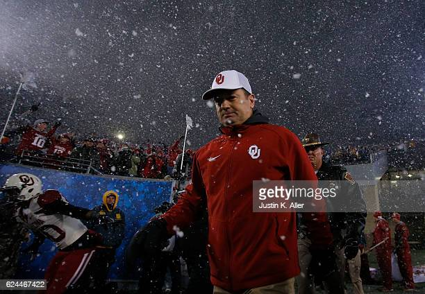 Bob Stoops of the Oklahoma Sooners enters the field against the West Virginia Mountaineers on November 19 2016 at Mountaineer Field in Morgantown...