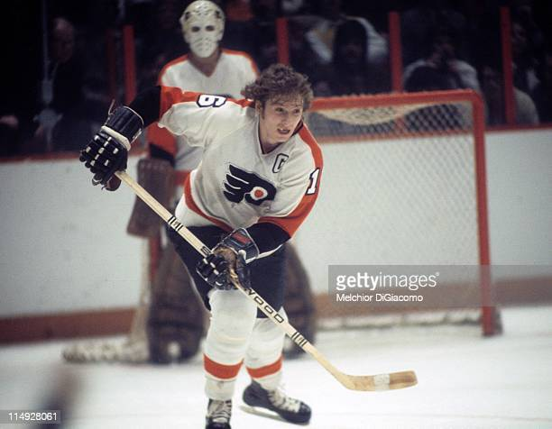 Bobby Clarke of the Philadelphia Flyers skates on the ice during an NHL game circa 1975 at the Spectrum in Philadelphia Pennsylvania