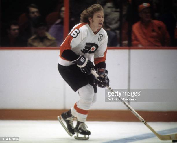 Bobby Clarke of the Philadelphia Flyers skates with the puck during an NHL game circa 1975 at the Spectrum in Philadelphia Pennsylvania