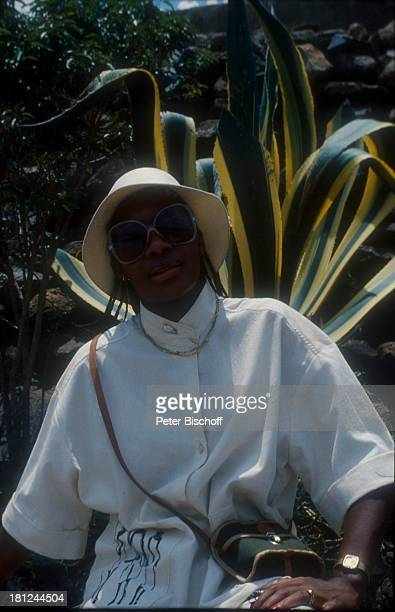 Bobby Farrell Ausflug in Kenia SonnenHut Kamera Urlaub Tourist Sonnenbrille Promis Prominenter Prominente