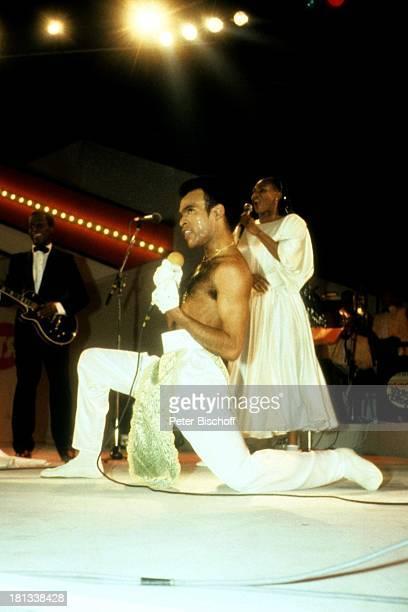 Bobby Farrell Bühne Auftritt Tänzer freier Oberkörper singen Sänger Mikro AD/TP