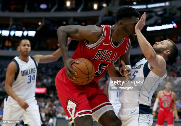 Bobby Portis of the Chicago Bulls drives to the basket against JJ Barea of the Dallas Mavericks in the first half at American Airlines Center on...