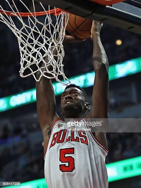 Bobby Portis of the Chicago Bulls dunks against the Atlanta Hawks at the United Center on February 10 2016 in Chicago Illinois NOTE TO USER User...