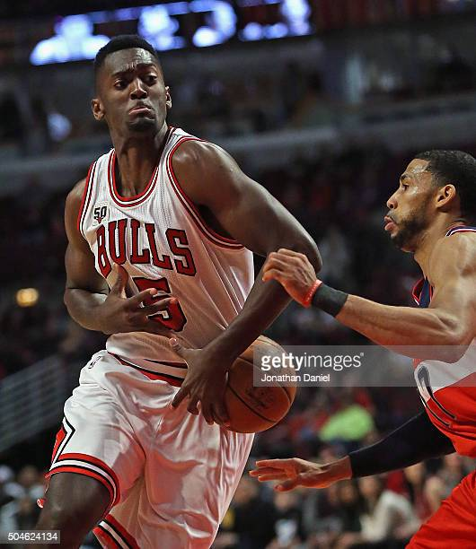 Bobby Portis of the Chicago Bulls looses control of the ball under pressure from Garrett Temple of the Washington Wizards at the United Center on...