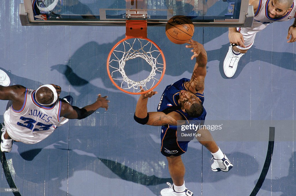 Bobby Simmons #21 of the Washington Wizards takes the layup during the game against the Cleveland Cavaliers at Gund Arena on April 8, 2003 in Cleveland, Ohio. The Wizards defeated the Cavaliers 100-91.