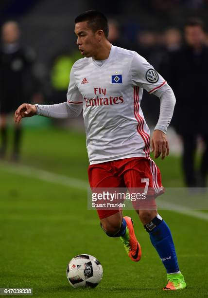 Bobby Wood of Hamburg in action during the DFB Cup quarter final between Hamburger SV and Borussia Moenchengladbach at Volksparkstadion on March 1...