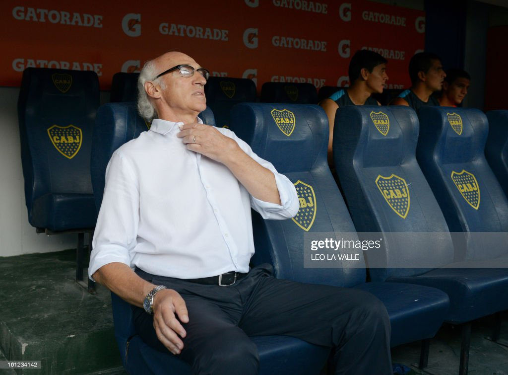 Boca Juniors' coach Carlos Bianchi gestures during the Argentinian first division football match against Quilmes, at La Bombonera stadium in Buenos Aires, Argentina, on February 9, 2013. AFP PHOTO / LEO LA VALLE