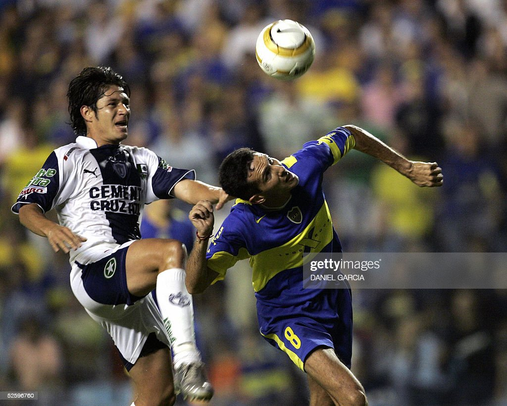 Boca Juniors' Diego Cagna heads the ball to score the first goal followed by Fernando Salazar of Pachuca 06 April 2005 during their Libertadores Cup...