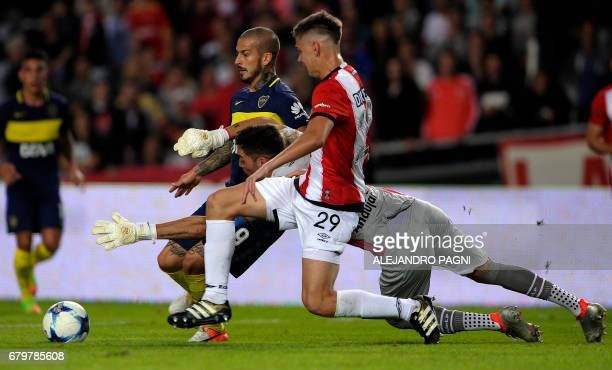 Boca Juniors' forward Dario Benedetto vies for the ball with Estudiantes' goalkeeper Mariano Andujar and defender Juan Foyth during their Argentina...