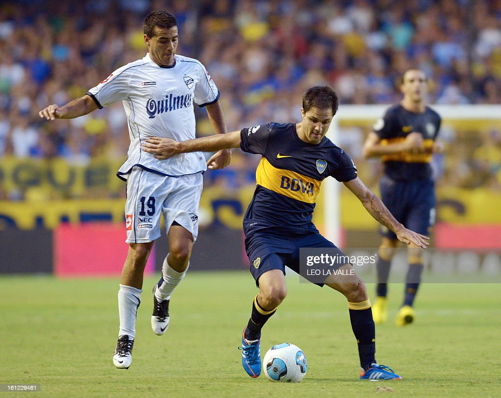 Boca Juniors' Juan Manuel Martinez (R) vies for the ball with Quilmes' Jacobo Mansilla during their Argentinian first division football match at La Bombonera stadium in Buenos Aires, Argentina, on February 9, 2013.