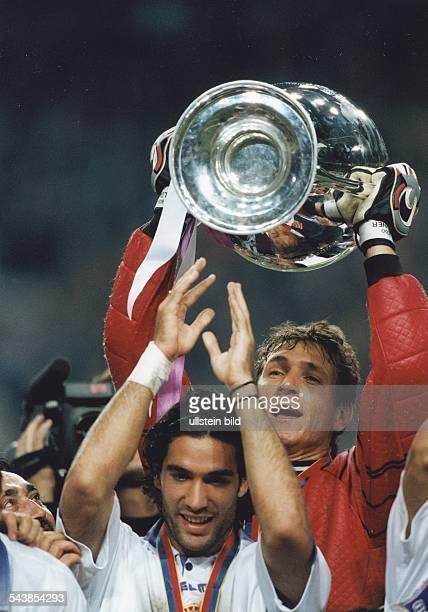 Bodo Illgner deutscher Torhüter des spanischen Klubs Real Madrid hält den Pokal der Champions League in die Höhe Real hat das Finale am gegen...