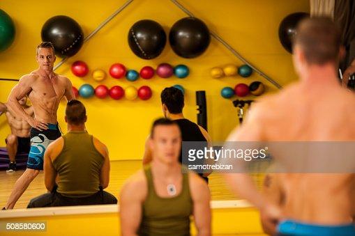 Bodybuilder treno in posa prima della concorrenza : Foto stock