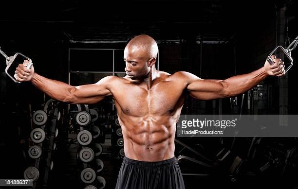 Bodybuilder exercice dans la salle de sport