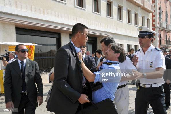A bodyguard (C) of Chinese President Hu Pictures | Getty ...