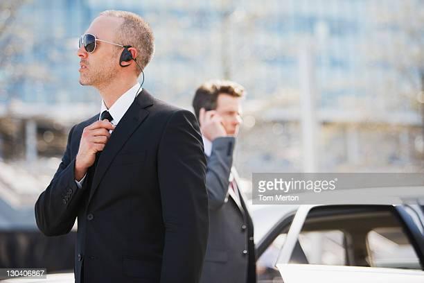 Guardaespaldas hablando en auricular