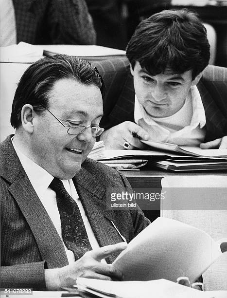 Boerner Holger *Politiker SPD DMinisterpraesident Hessen 19761987 der Ministerpraesident von Hessen mitseinem Umweltminister Joschka Fischer im...