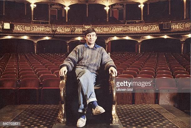 Bogdanov Michael *Regisseur Intendant GB der Intendant des Deutschen Schauspielhauses in Hamburg sitzt auf der Buehne des Theaters in einem Sessel...