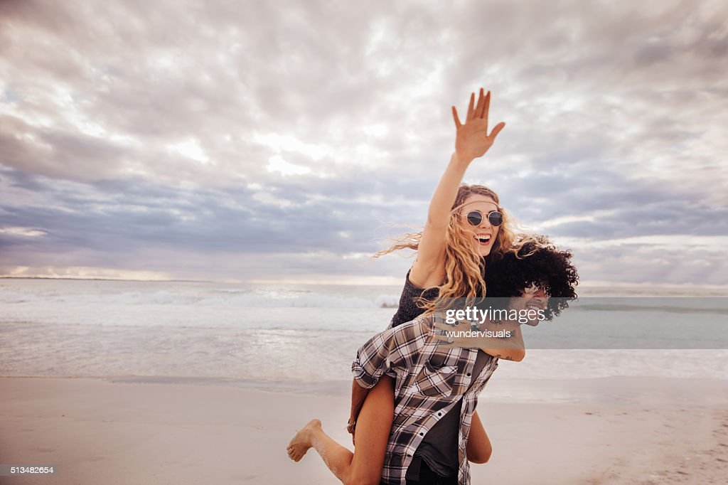Fille d'Enfants de bohème DE hipster homme promenades sur la plage : Photo