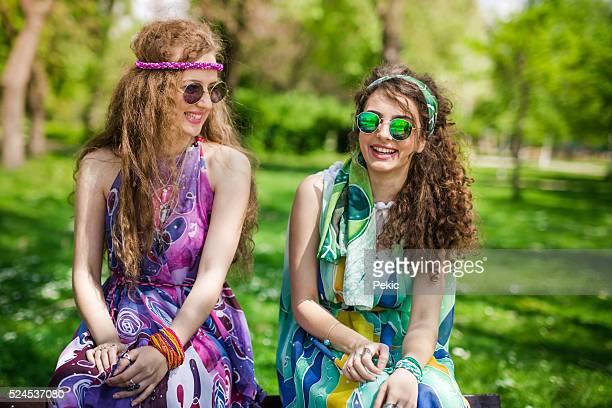 Boho-girls umgeben von Natur in den Frühling