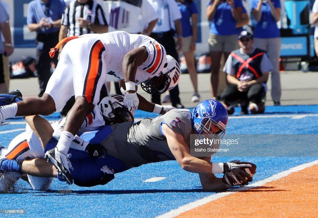 Boise State wide receiver Matt Miller stretches for a touchdown on a 5yard pass from quarterback Joe Southwick in the first half against...