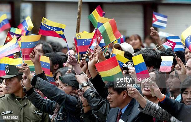 Bolivianos con banderas de su pais y de Venezuela saludan a Hugo Chavez presidente de ese pais a su llegada a la Universidad Mayor de San Andres de...