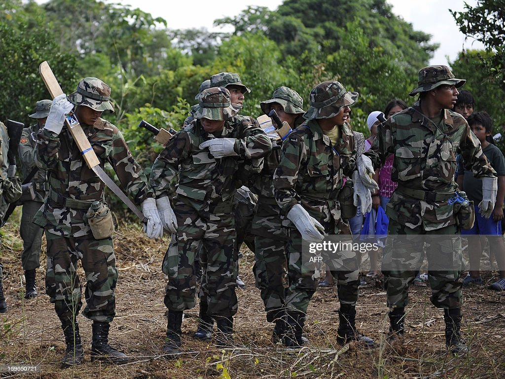 Bolivian Joint Task Force members prepare to pull coca plants up during the start of the year's activities of the force in Chimore, Bolivia on January 15, 2013. AFP PHOTO/Jorge Bernal