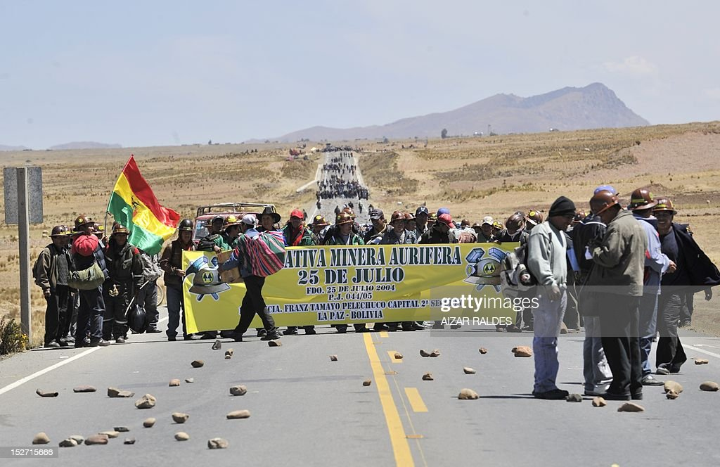 Bolivian miners associated in cooperatives block the road that leads to the border with Peru near Santa Ana, 90 km from La Paz, on September 24, 2012 demanding to the government the cession to their sector of the right of exploitation of the tin-rich Rosario seam. AFP PHOTO/Aizar Raldes