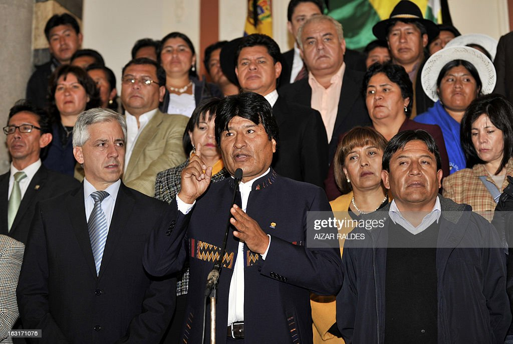 Bolivian President Evo Morales Ayma (C) flanked by Vice President Alvaro Garcia Linera (L) and Foreign Minister David Choquehuanca (R) delivers a speech to offer condolences after hearing of Venezuelan President Hugo Chavez's death, at the Quemado palace in La Paz, on March 5, 2013. AFP PHOTO/Aizar Raldes