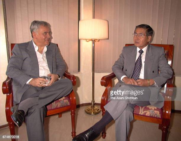 Bolivian President Gonzalo Sanchez de Lozada and Peruvian President Alberto Fujimori hold talks on April 5 1997 in Santa Cruz de la Sierra Bolivia