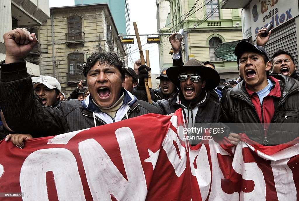 Bolivian workers shout slogans during a protest on the 12th day of an indefinite strike called by the Bolivian Workers' Central union (COB) to demand the government for a pension equivalent to 100% of their salaries, in La Paz on May 17, 2013. AFP PHOTO/Aizar Raldes