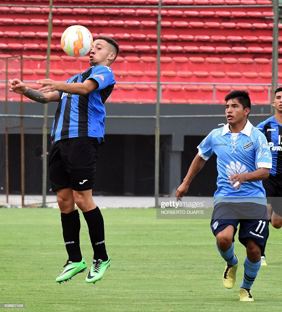 Bolivia's Bolivar player Beymar Garcia (R) vies for the ball with Matias Torres of Uruguay's Liverpool during their Copa Libertadores U20 football match at the Defensores del Chaco Stadium in Asuncion, on February 5, 2016. AFP PHOTO/Norberto Duarte / AFP / NORBERTO