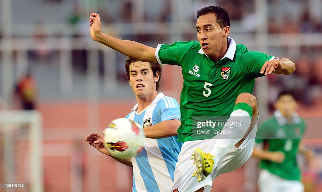 Bolivia's forward Carlos Paniagua controls the ball in front of Argentina's forward Lucas Melano during their Group A South American U-20 qualifier football match at Malvinas Argentinas stadium in Mendoza, Argentina, on January 13, 2013. Four teams will qualify for the FIFA U-20 World Cup Turkey 2013. AFP PHOTO / DANIEL GARCIA