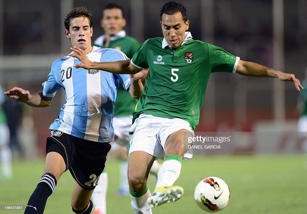 Bolivia's forward Carlos Paniagua (R) controls the ball in front of Argentina's forward Lucas Melano during their Group A South American U-20 qualifier football match at Malvinas Argentinas stadium in Mendoza, Argentina, on January 13, 2013. Four teams will qualify for the FIFA U-20 World Cup Turkey 2013.