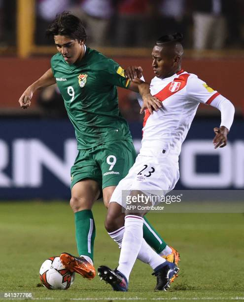 Bolivia's Marcelo Martins and Peru's Pedro Aquino vie for the ball during their 2018 World Cup qualifier football match in Lima on August 31 2017 /...