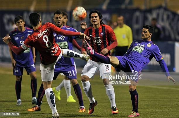 Bolivia's Real Potosi player Ruben de la Cuesta vies for the ball with Paraguay's Cerro Porteño players Guillermo Beltran and Rodrigo Rojas during...