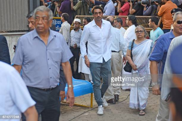 Bollywood actor Arjun Rampal during the funeral of actor Vinod Khanna who passed away at the age of 70 due to cancer at Worli cremation on April 27...