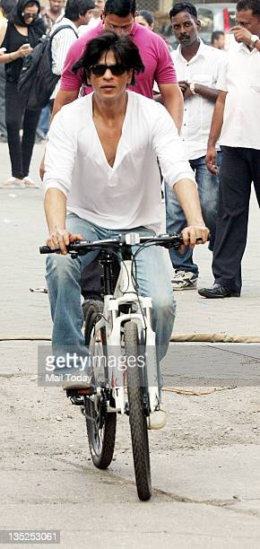 Bollywood actor Shahrukh Khan spotted teaching daughter Suhana to ride bicycle at Bandra in Mumbai