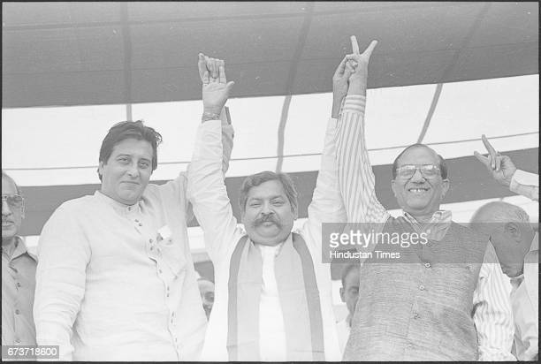 Bollywood actor Vinod Khanna campaigns for Arun Jain MCA candidate from Minto Road on November 21 1998 in New Delhi India Veteran actor and sitting...