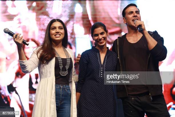 Bollywood actors Bhumi Pednekar and Akshay Kumar with youngest Sarpanch of India Jabna Chauhan during the 4th season finale of Hindustan Times Friday...