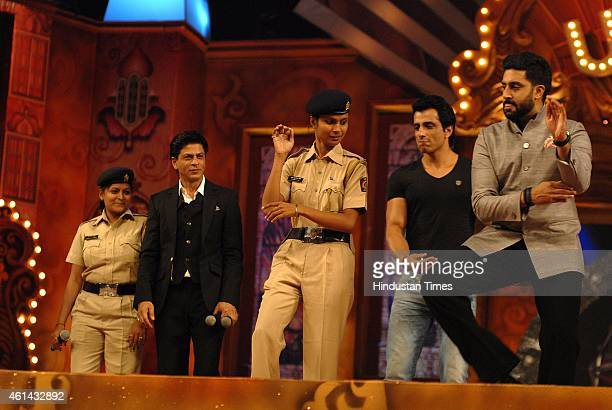 Bollywood actors Shah Rukh Khan Sonu Sood and Abhishek Bachchan with members of police force during the Umang Mumbai Police Show 2015 on January...