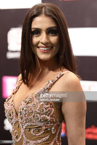 Bollywood actress Aarthi Chabria poses on the green carpet during the IIFA Rocks Green Carpet on day two of the 2012 International India Film Academy...