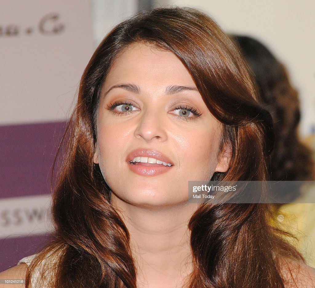 Bollywood actress Aishwarya Rai Bachchan arrives to unveil Pritish Nandy�s book of poems 'Again' in Mumbai on May 27, 2010.