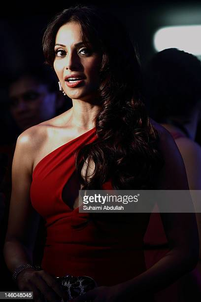 Bollywood actress Bipasha Basu poses at the IIFA awards green carpet event at the 2012 International India Film Academy Awards at the Singapore...