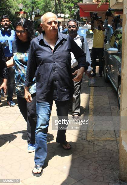 Bollywood director and producer Mahesh Bhatt arrives to attend the funeral of Bollywood actor Reema Laagu at Oshiwara crematorium on May 18 2017 in...